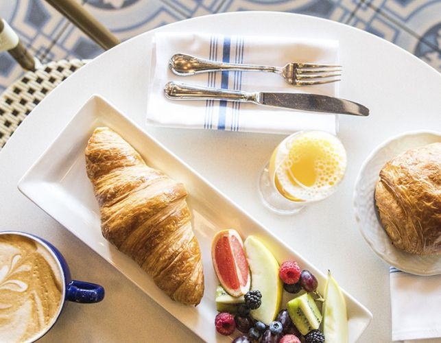 cafe-croissant-fruits-resto
